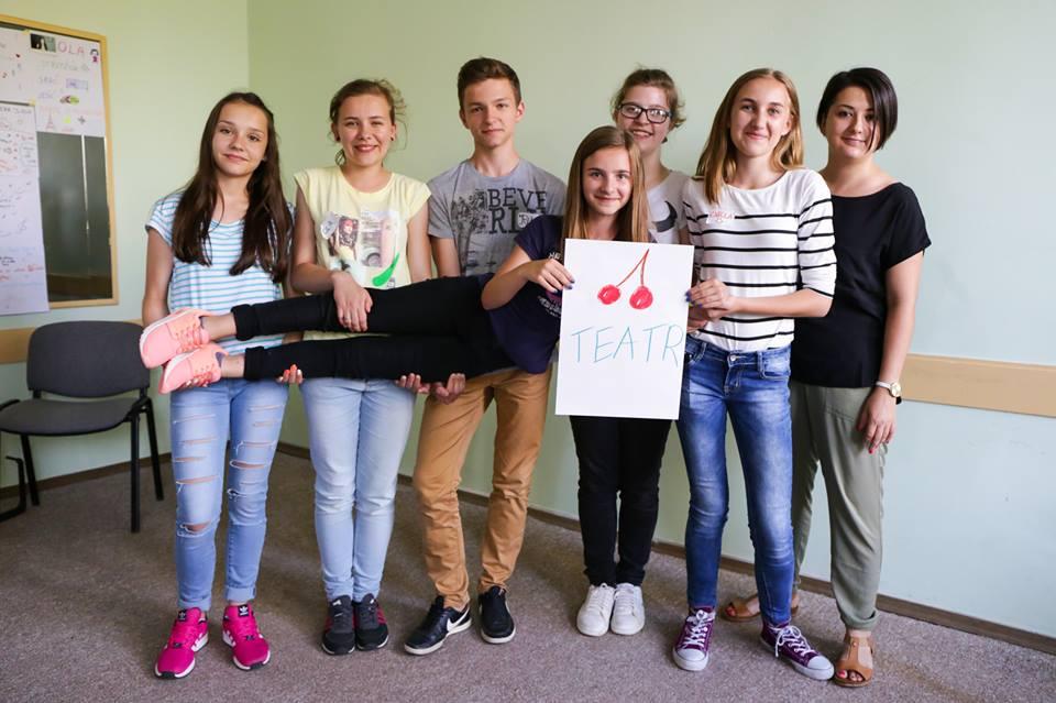 Beata Piech z grupą teatralną młodzieży z Gminy Wiśniowa